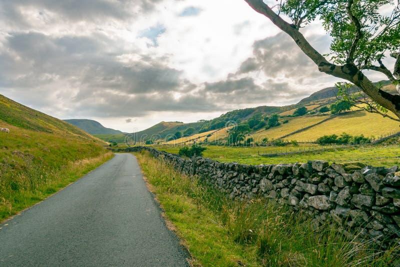Estrada secundária perto de Dolgellau, Gales fotos de stock