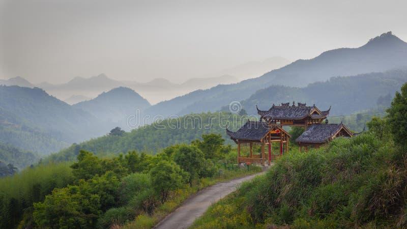 Estrada secundária que atravessa uma porta do estilo chinês imagem de stock royalty free