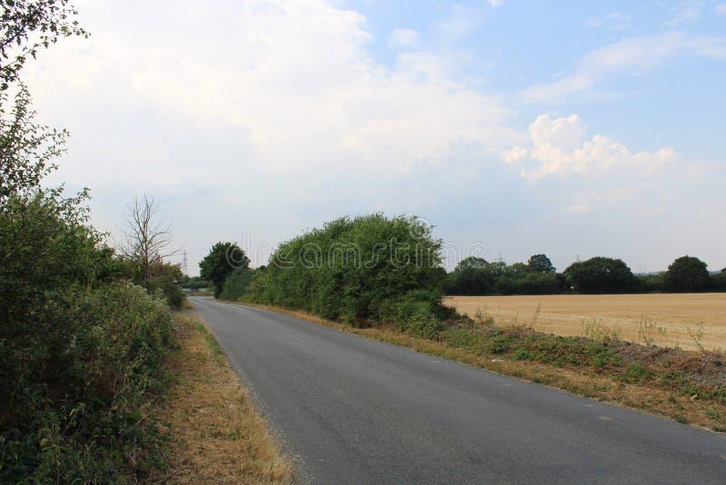 Estrada secundária rural vazia durante a vaga de calor do verão fotografia de stock royalty free