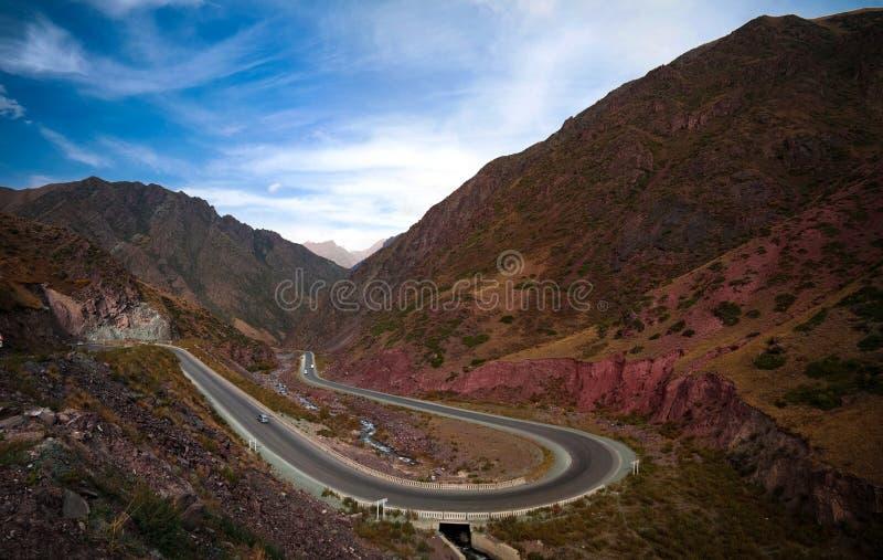 Estrada serpentina na passagem de Too-Ashuu e o rio de Kara Balta e vale, Chuy Region de Quirguizistão foto de stock royalty free