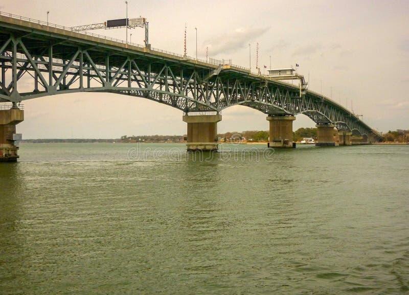 A estrada sobre o rio de York conecta Yorktown com outras partes de Virgínia, EUA fotos de stock royalty free