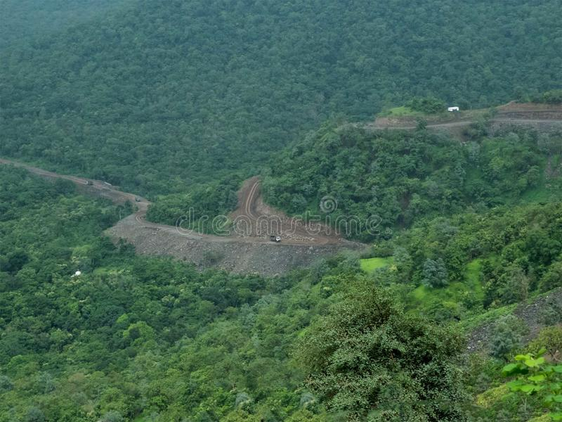 Estrada subida difícil mas bonita da montanha fotografia de stock royalty free