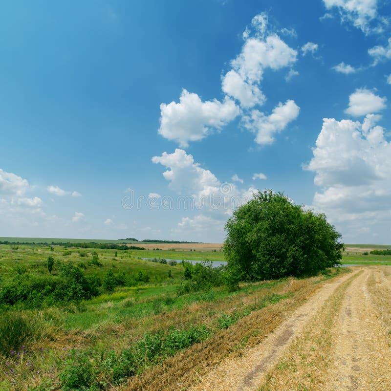 Estrada suja e céu nebuloso azul fotografia de stock royalty free