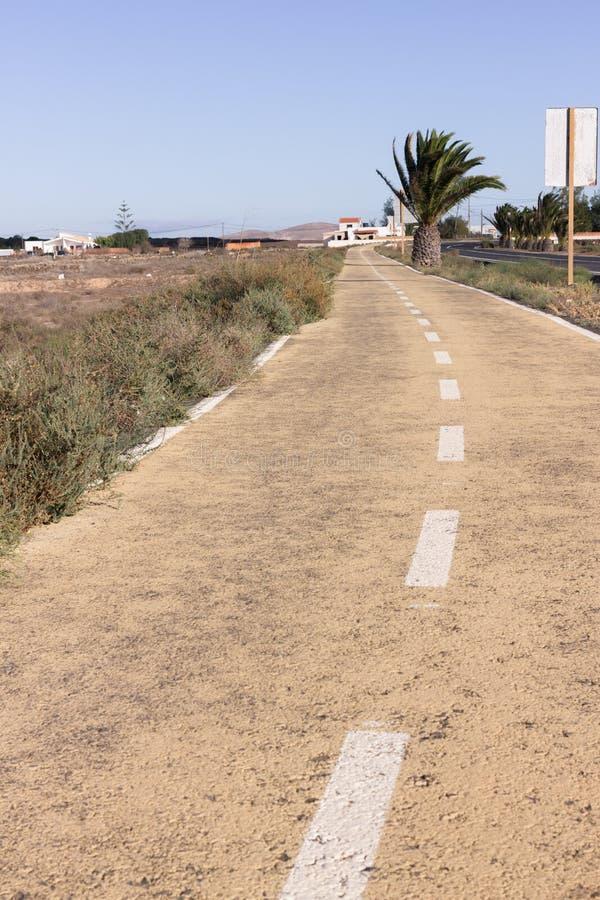 Estrada suja Fora da estrada, salta a grama seca Deserto, palma, terra, maneira de pedra imagens de stock royalty free