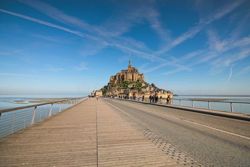 Estrada a surpreender a abadia de Mont Saint Michel Os turistas estão indo à abadia Normandy, France imagem de stock