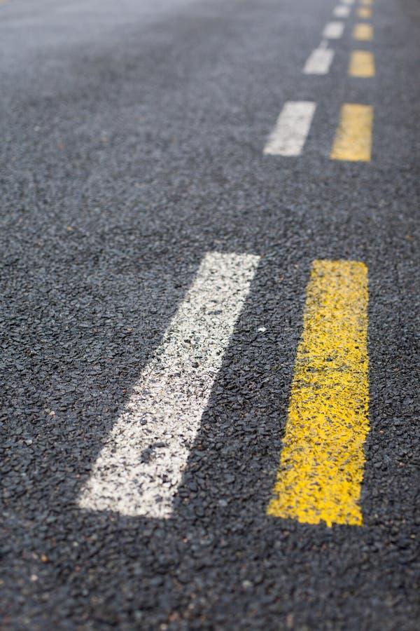 A estrada tracejada paralela alinha no branco e no amarelo fotografia de stock royalty free