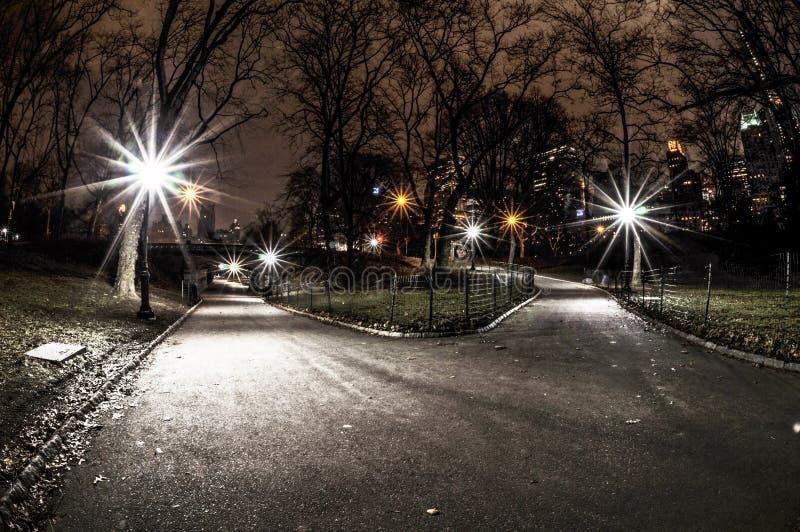 Estrada transversaa do Central Park na noite imagem de stock