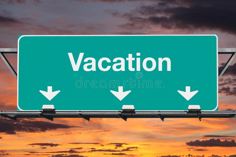 Estrada a vacation sinal da estrada com céu do nascer do sol ilustração stock