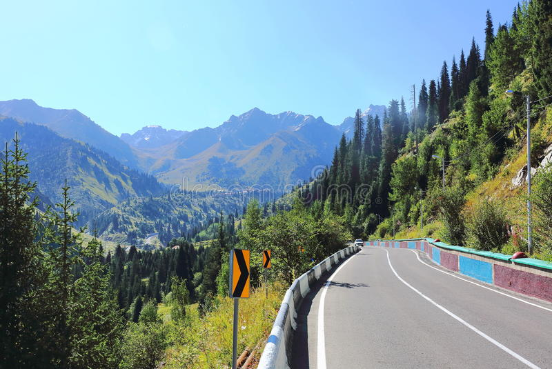 A estrada vai a Chimbulak fotos de stock royalty free
