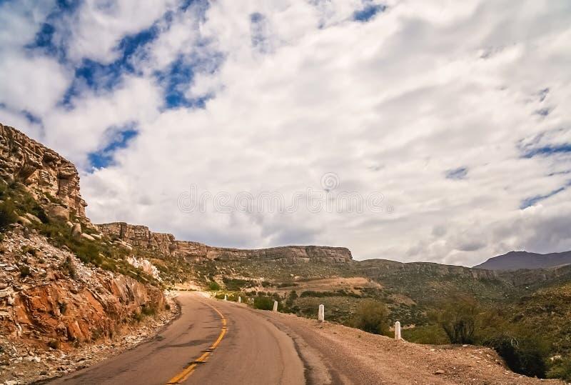 Estrada vazia da montanha em Argentina foto de stock