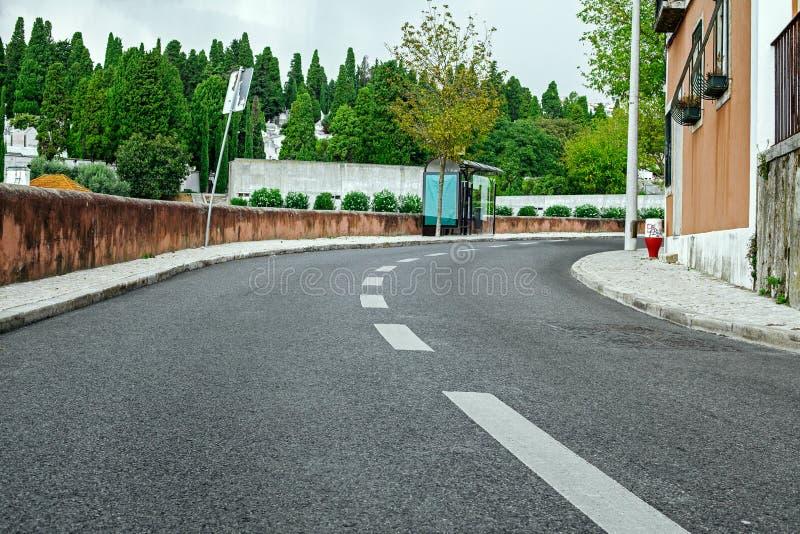 Estrada vazia da rua na cidade com céu fotos de stock royalty free