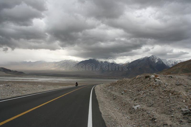Estrada vazia de Karakorum da estrada foto de stock