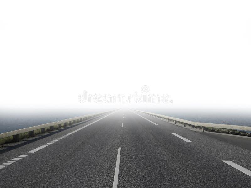 Estrada vazia e solitária se perde no nevoeiro imagens de stock