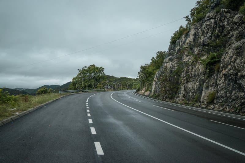 A estrada vazia em algum lugar em Montenegro fotos de stock royalty free