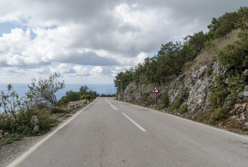 A estrada vazia em algum lugar em Montenegro imagens de stock royalty free