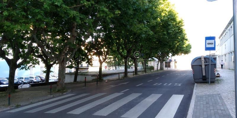 Estrada vazia em Main Street em Loures, Portugal imagem de stock