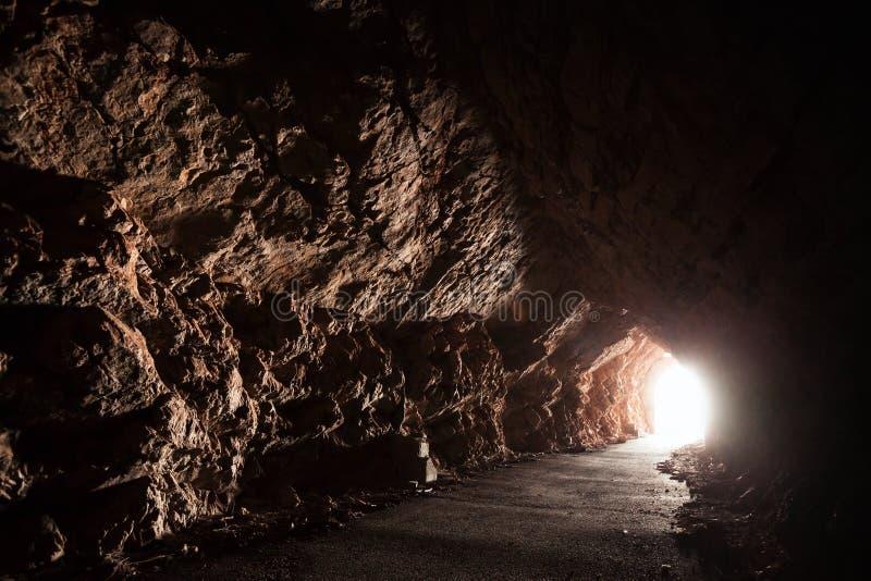 A estrada vazia escura atravessa a caverna foto de stock