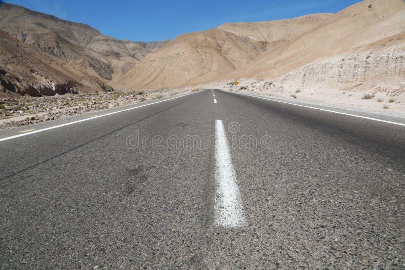 Estrada vazia no deserto de Atacama do chileno fotografia de stock