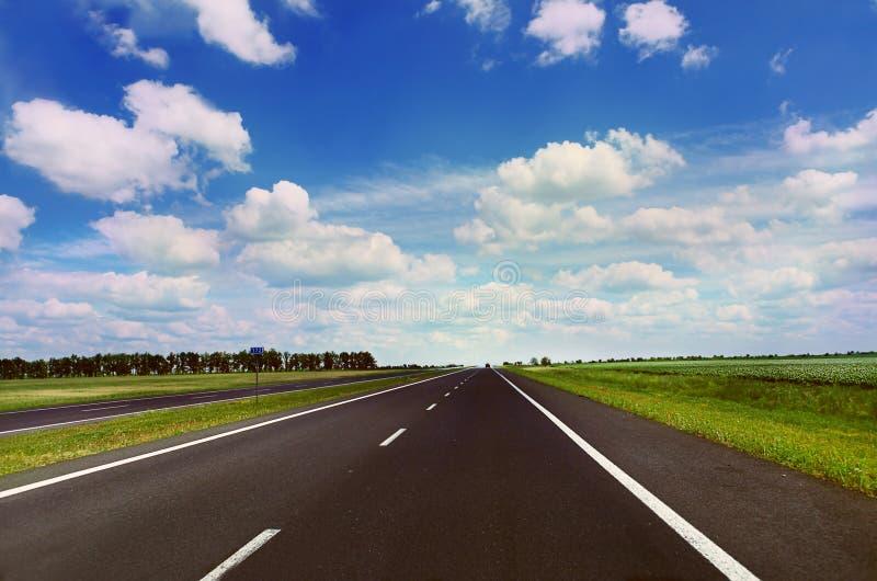 Estrada vazia no dia ensolarado imagem de stock royalty free