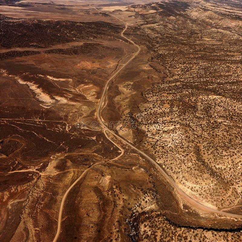 Estradas com uma paisagem do deserto imagens de stock