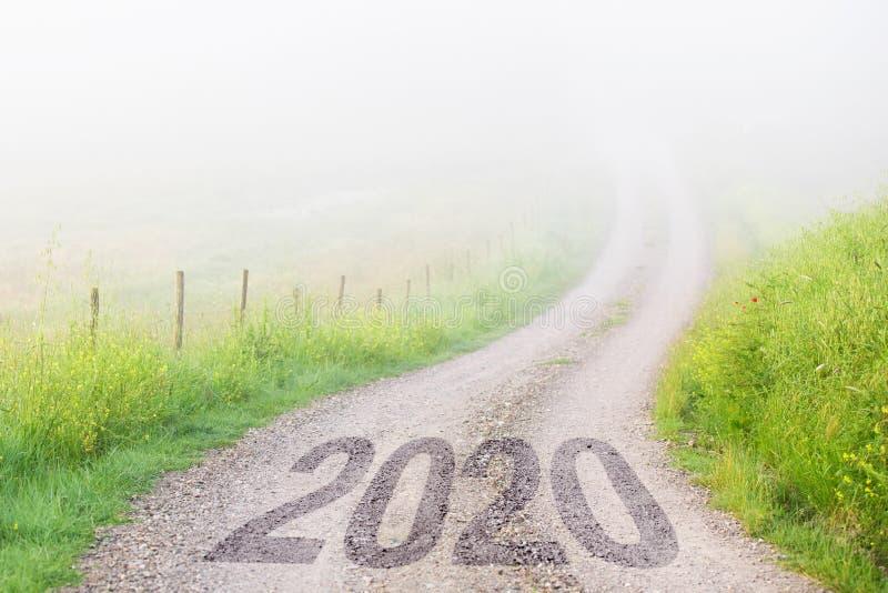 Estradas de cascalho que desaparecem na neblina, conceito de desafio de ano novo foto de stock