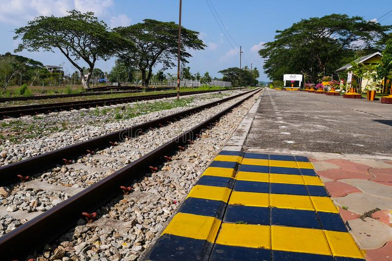 Estradas de ferro no estação de caminhos-de-ferro de Kantang, Trang, Tailândia fotografia de stock