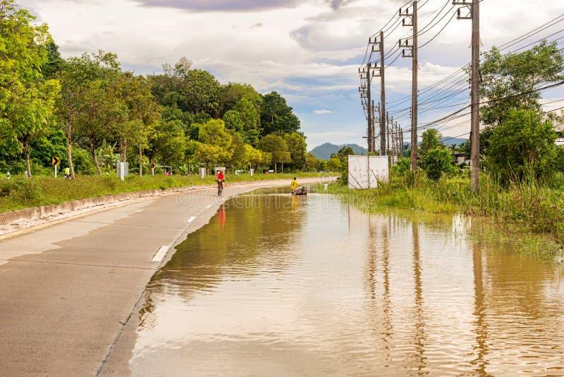 Estradas e vilas inundadas em Tailândia do sul imagem de stock royalty free