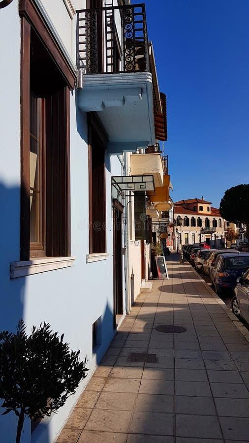 Estradas estreitas das janelas das construções na cidade greece de Ioannina foto de stock royalty free