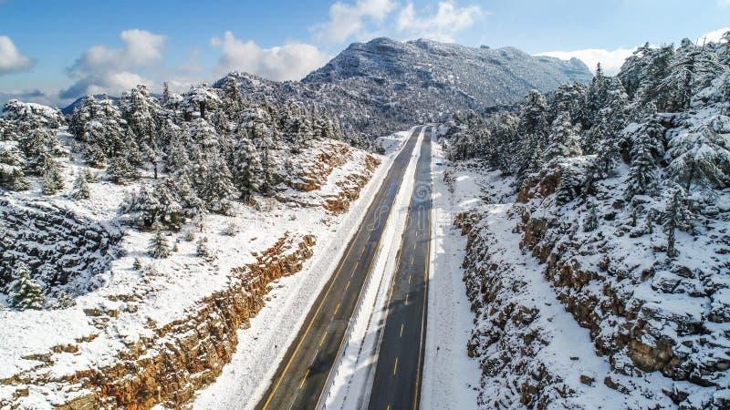 Estradas nevado e transporte da montanha fotos de stock royalty free