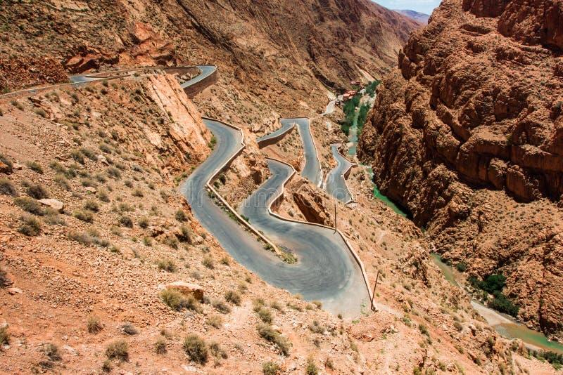 Estradas serpentinas nas montanhas de Marrocos imagem de stock royalty free