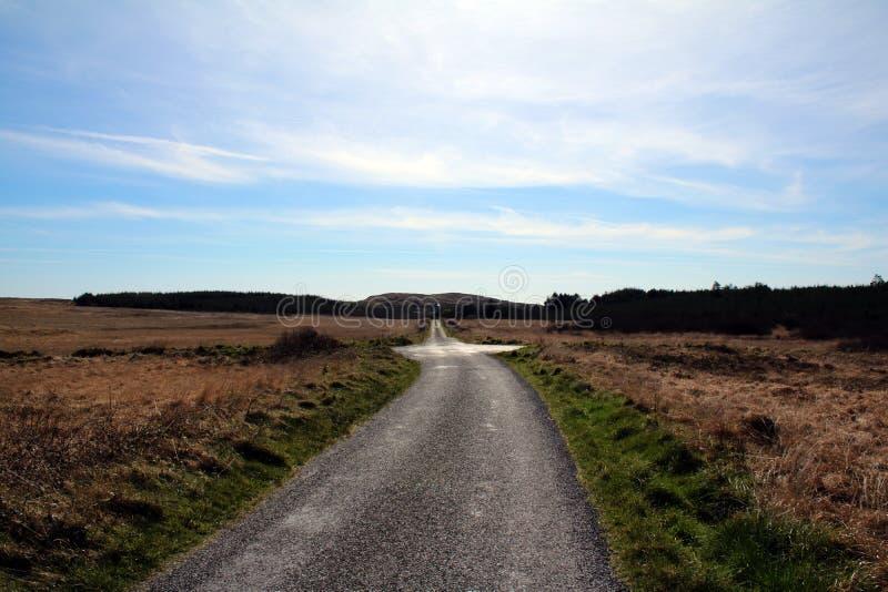 Estradas transversaas em um campo vazio imagens de stock