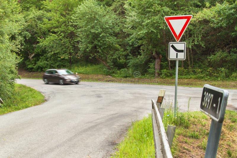 Estradas transversaas rurais em República Checa O sinal de tráfego toma a prioridade fotografia de stock royalty free