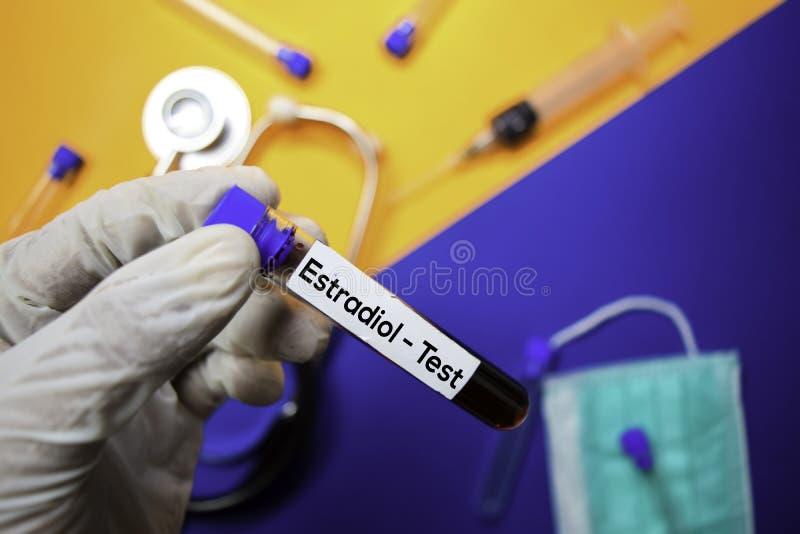 Estradiol - test z próbką krwi Odgórny widok odizolowywający na koloru tle Opieka zdrowotna, Medyczny poj?cie/ fotografia royalty free