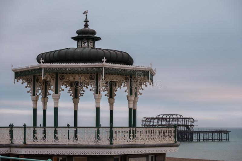 Estrado de la orquesta victoriano restaurado en reyes Esplanade, Brighton, East Sussex, Reino Unido Oscuridad fotografiada fotos de archivo