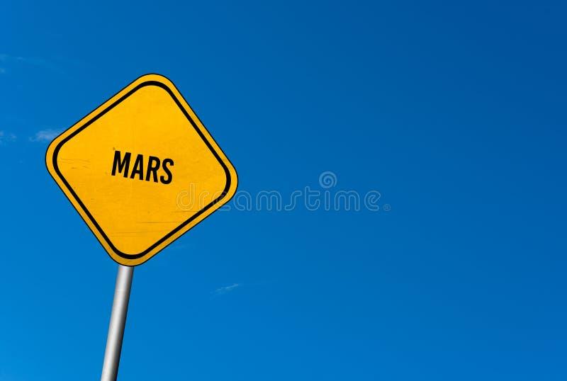 estraga - o sinal amarelo com céu azul imagens de stock royalty free
