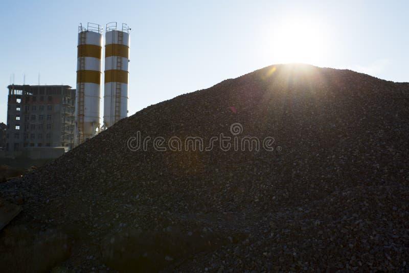 Estragga la pianta del frantoio nella produzione della ghiaia e della sabbia immagine stock