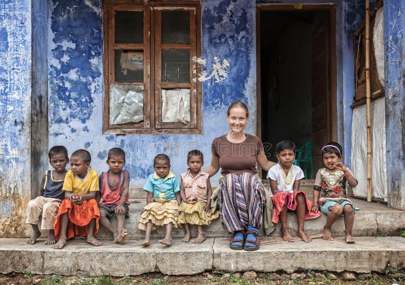 Estrangeiro com crianças indianas imagens de stock