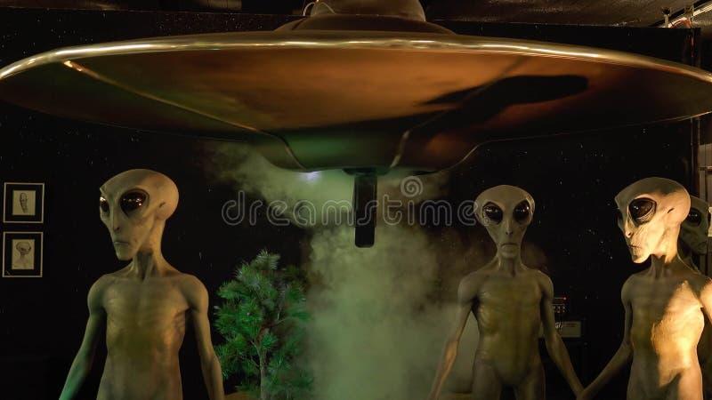 Estrangeiros e nave espacial no museu internacional e em Researc do UFO imagens de stock royalty free