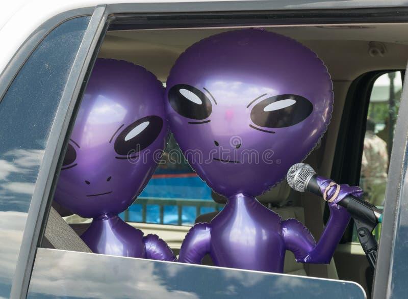 Estrangeiros, transmitindo do carro fotografia de stock