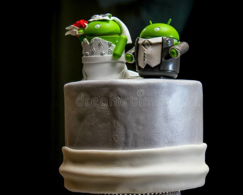 Estrangeiros verdes pequenos sobre um bolo de casamento fotografia de stock royalty free