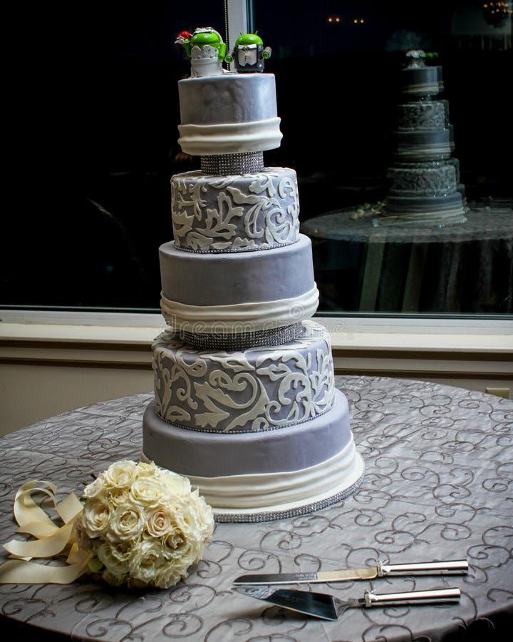 Estrangeiros verdes pequenos sobre um bolo de casamento fotos de stock