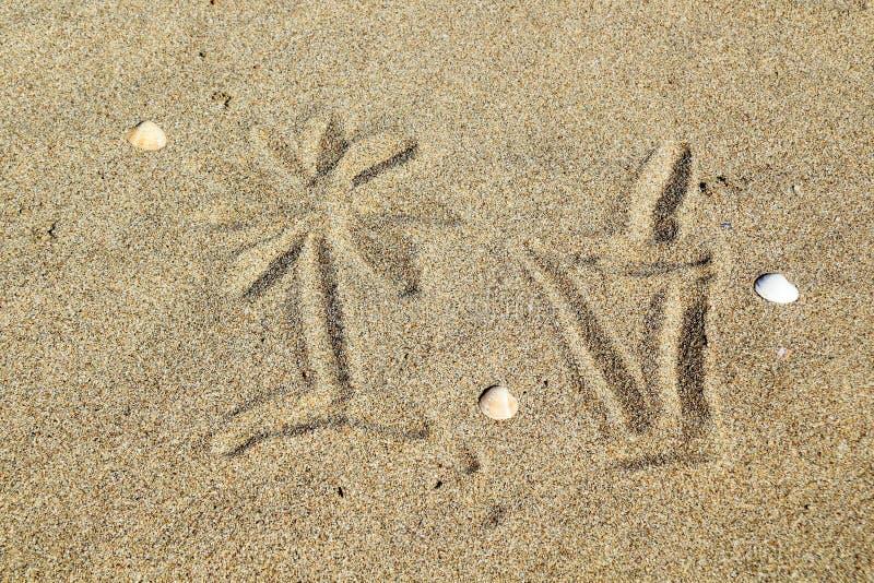 Estrarre un vetro del coctail sulla sabbia fotografia stock libera da diritti
