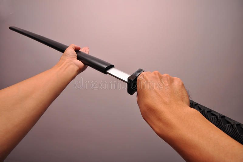 Estrarre una spada fotografie stock