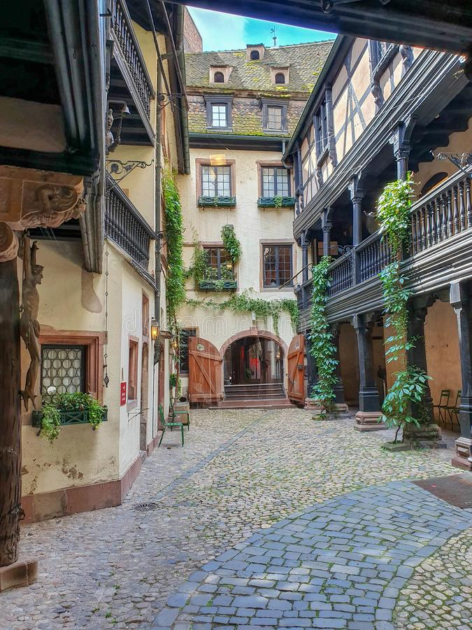 ESTRASBURGO, FRANCIA - junio de 2019: una de las yardas internas pintorescas, viejas y misteriosas de la ciudad fotografía de archivo libre de regalías