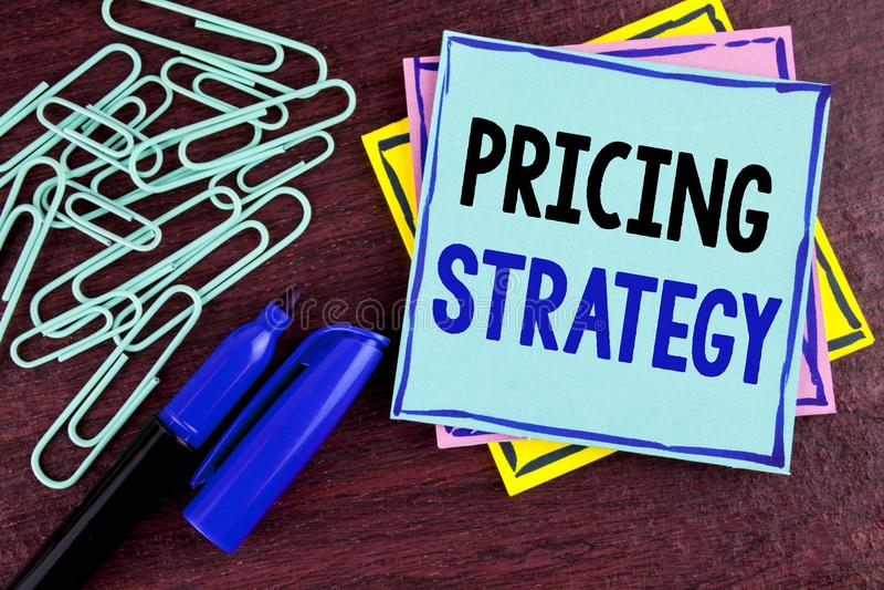 Estratégia de fixação do preço do texto da escrita As estratégias das vendas do mercado do significado do conceito lucram a campa imagens de stock royalty free