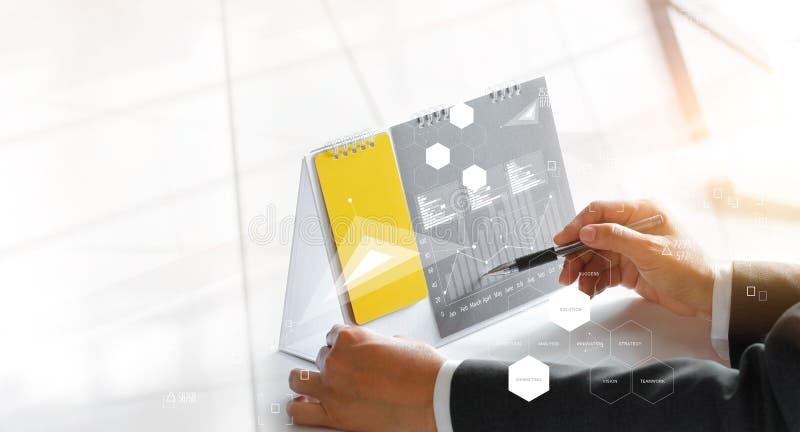 Estratégia do planeamento do homem de negócios para introduzir no mercado com ícone fotos de stock