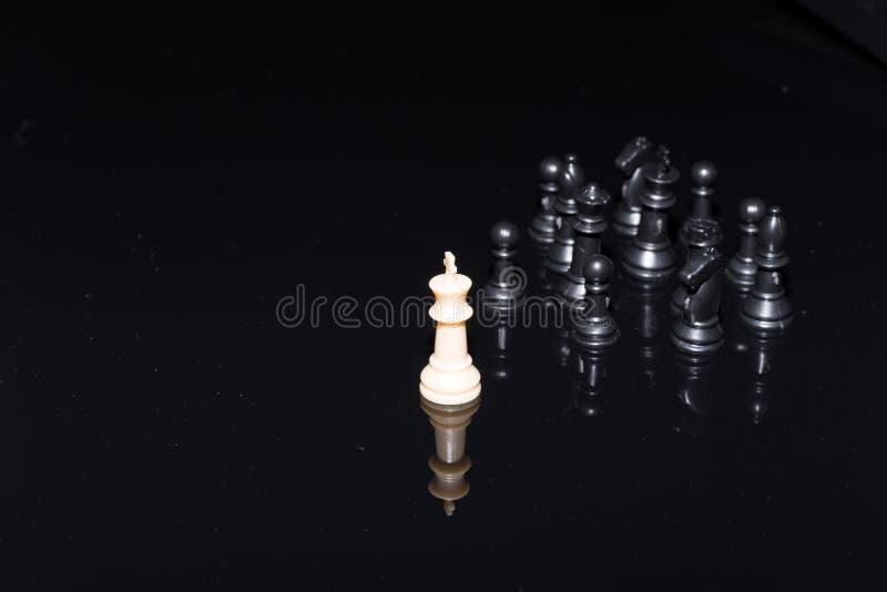 Estratégia dos figues da xadrez sobre o fundo preto imagem de stock royalty free