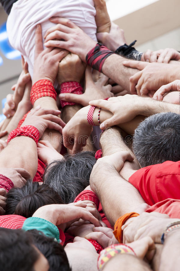 Estratégia dos trabalhos de equipa do apoio Grupo de mãos que são juntadas e levantando fotografia de stock
