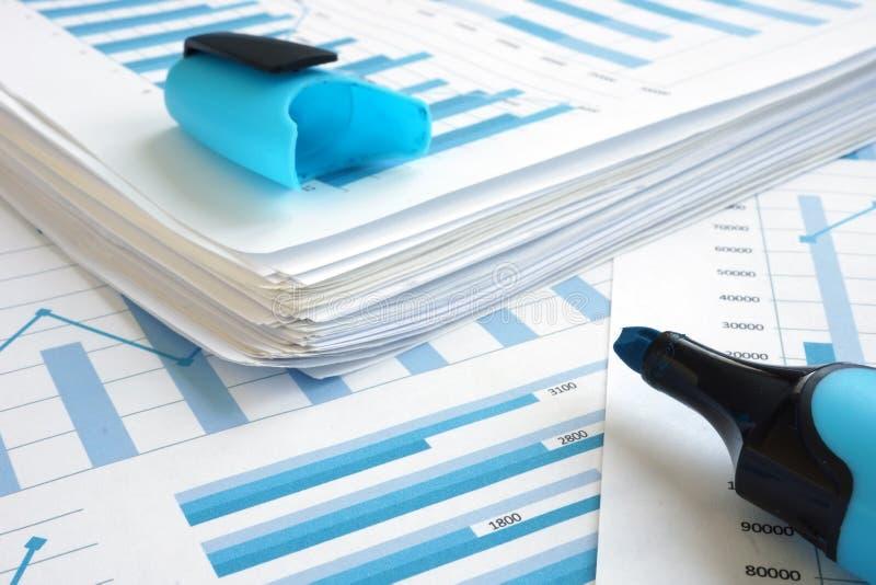 Estratégia empresarial do planeamento Pilha de papéis com gráficos financeiros imagens de stock royalty free