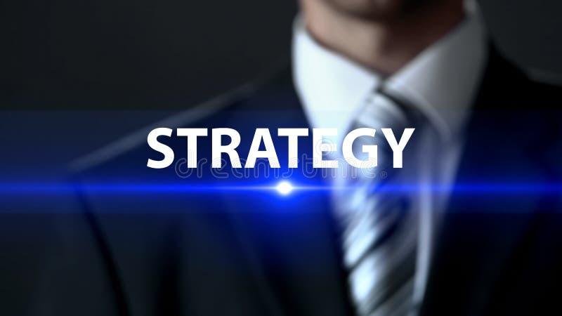 Estratégia, homem de negócios que está na frente da tela, conceito do plano de negócios da empresa imagens de stock